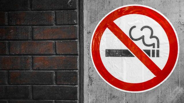 Placa com sinal de proibição para fumar