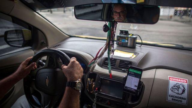 Un conductor de una plataforma de taxis