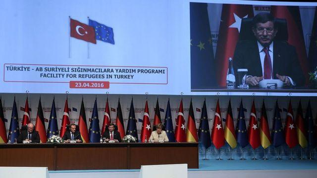 Davutoğlu ile Merkel arasında mültecilerin durumuyla ilgili yoğun bir diplomasi yürütüldü.