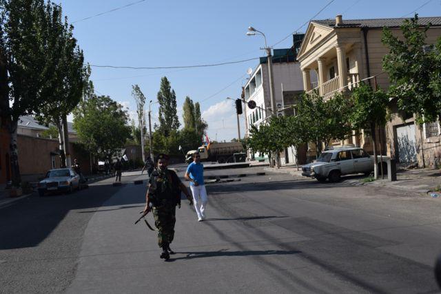 Место возде захваченной вооруженной оппозицией базы полка полиции в Ереване
