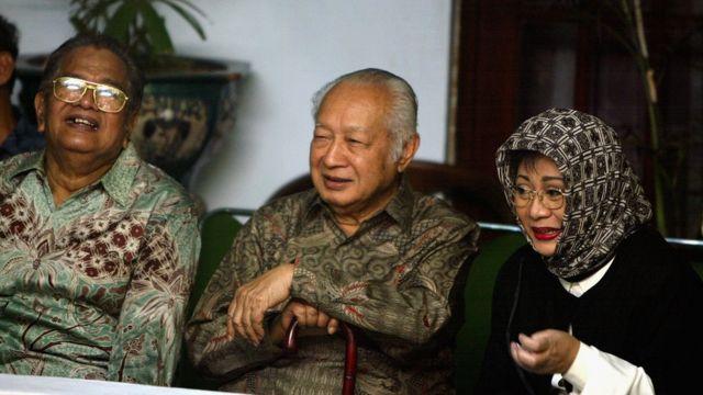 Selain ketegasan dan stabilitas politik, pembangunan Suharto juga dipuji penggemarnya