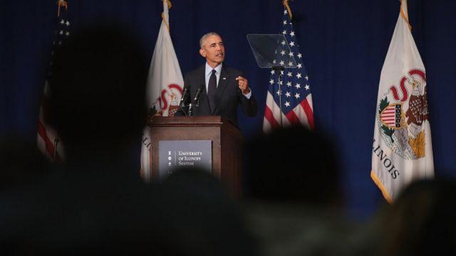 Bwana Obama yagezaga ijambo ku banyeshuri bo kuri kaminuza ya Illinois