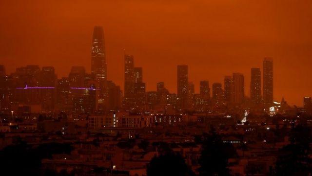 Una vista de San Francisco con cielo rojizo
