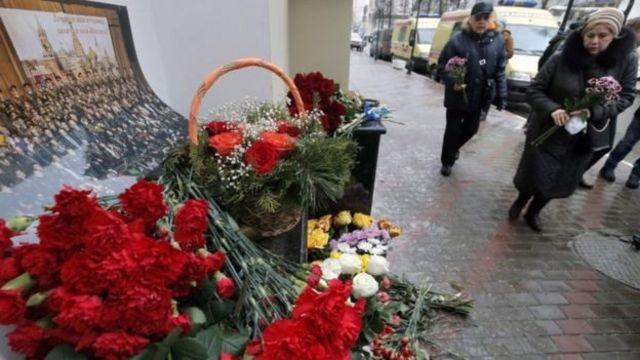 Moskvada Aleksandrov Ansamblının binası önündə əklillər düzülüb