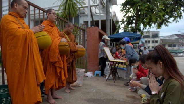 Pessoas oram em arredores de hospital para onde foram levadas crianças resgatadas de caverna na Tailândia