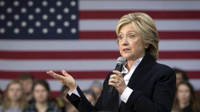 選挙運動の集会で話すクリントン氏