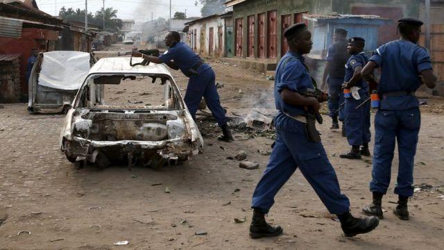 Igipolisi c'u Burundi igihe c'imyiyerekano igwanya ikiringo ca gatatu ca Prezida Pierre Nkurunziza mu 2015