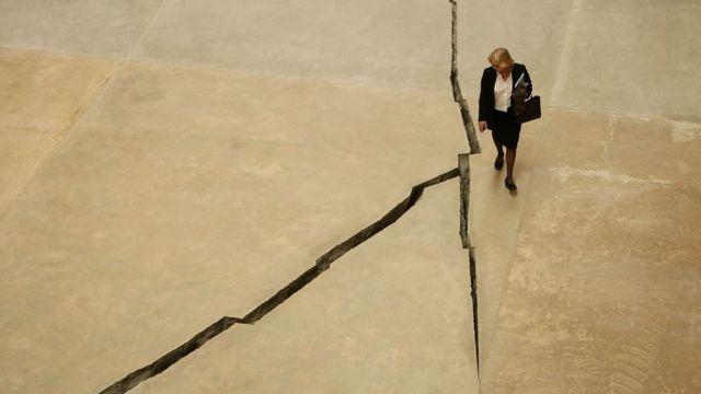 Salcedo es muy reconocida en Reino Unido por una obra que creó en la Tate Modern de Londres que consistía en una larga grieta de 167 metros de largo en el piso.