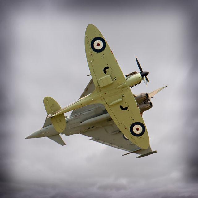 Typhoon y Spitfire en maniobra cruzada.