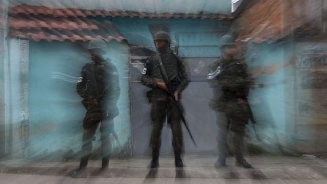 Três soldados em operação nas ruas do Rio de Janeiro