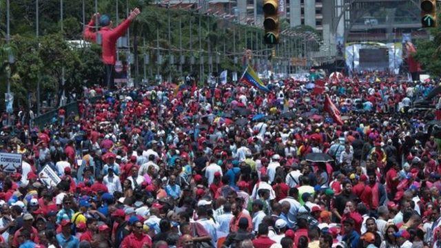 Una multitud de partidarios del gobierno en la avenida Bolívar de Caracas.