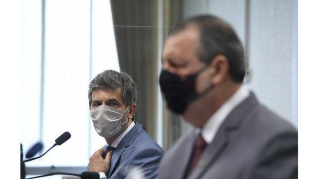 Teich ao lado do presidente da CPI, Eduardo Braga