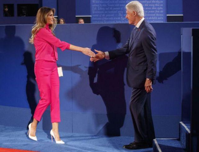 Melania Trump və Bill Clinton debatdan öncə həyat yoldaşları etdiyi kimi bir-birinin əlini sıxıb