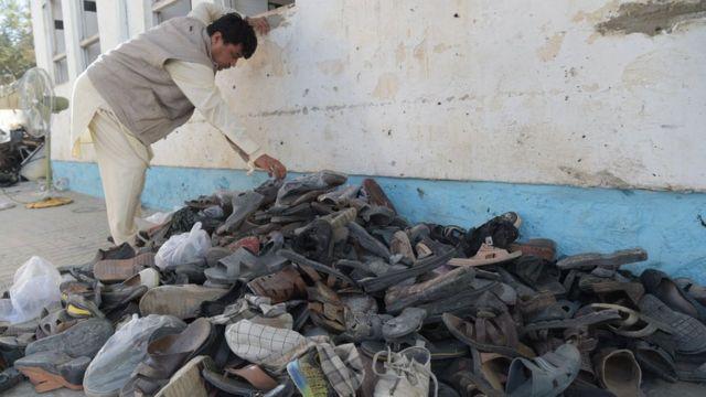 આ વર્ષે 26 ઑગસ્ટે કાબુલની શિયા મસ્જિદમાં આત્મઘાતી હુમલો થયો તેના પછીના દિવસની તસવીર