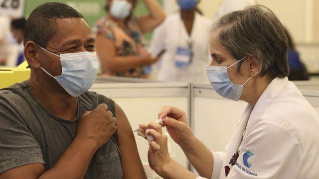 Pessoa sendo vacinada contra covid-19 em São Paulo