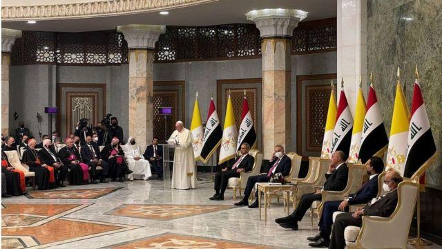 البابا فرنسيس يدعو من بغداد إلى تعزيز السلام في المنطقة والتصدي للفساد  واستغلال السلطة - BBC News عربي