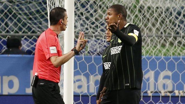 Los jugadores colombianos reclamaron la decisión del árbitro Kassai.