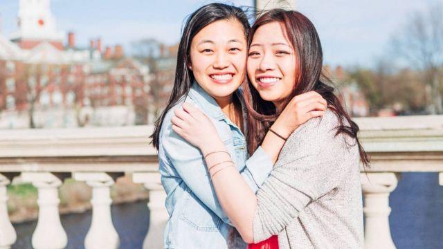 Cynthia Guo (a la izquierda) junto a su amiga, Emily Choi.