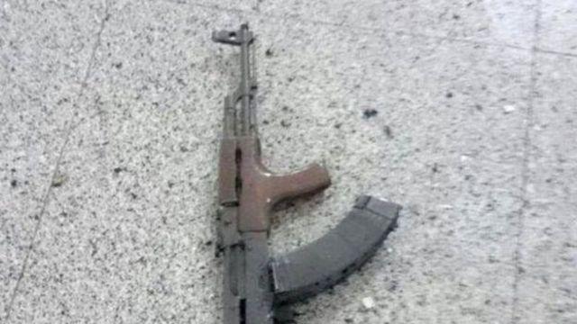 Un rifle kalashnikov fue hallado en el lugar del ataque.