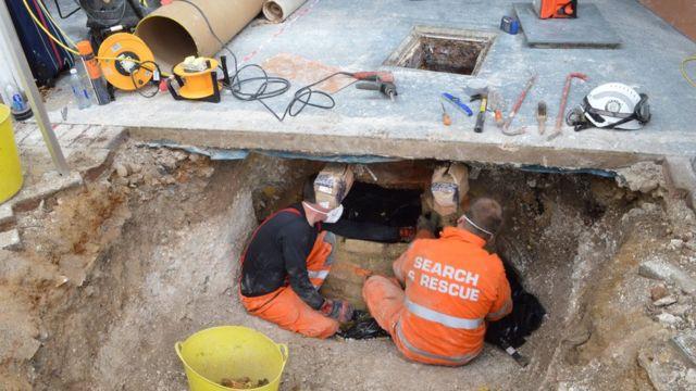 Peritos cavam fossa onde o corpo da escritora foi localizado