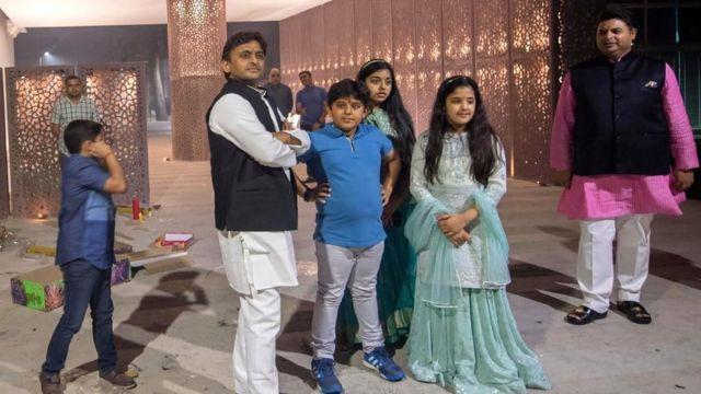 लखनऊ में दीवाली पर अपने बच्चों के साथ मुख्यमंत्री अखिलेश सिंह यादव