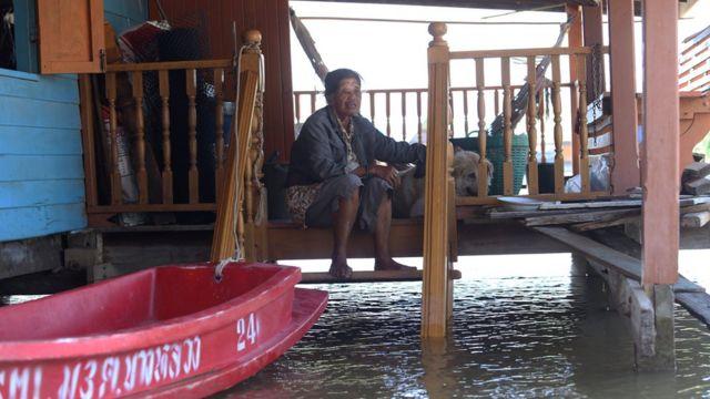 อำพร ด้วงวิเศษ บอกว่าทุกวันที่ต้องพายเรือไปเก็บผักบุ้งขาย ต้องเสี่ยงอันตรายลมแรงกลางทุ่ง หลังลมหนาวมาเยือนเมื่อไม่กี่วันมานี้