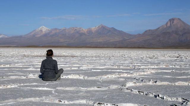 Mujer meditando en el salar de Uyuni, Bolivia