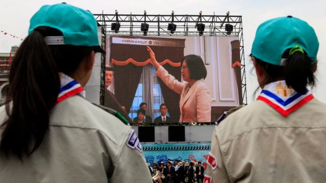 蔡氏の宣誓を屋外スクリーンで見守る人々(20日、台北)