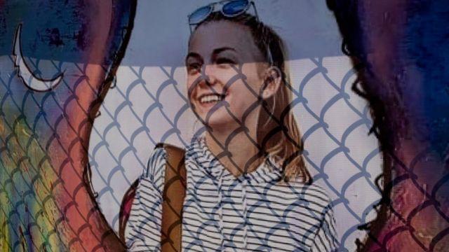 Плакат памяти Габби Петито на заборе, напротив похоронной конторы, где проходило прощание с нею