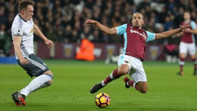 West Ham ta yi wasan minti 75 da 'yan wasa 10 bayan da aka kori Sofiane Feghouli kan haduwarsu da Phil Jones