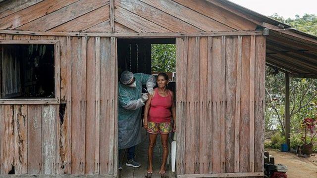 Enquanto Brasil caminha para finalizar a aplicação da primeira dose em toda a população adulta, surge o desafio de assegurar a segunda vacina a milhões de pessoas e oferecer um reforço a grupos prioritários