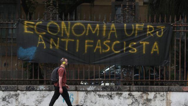 Faxia antifascista dos alunos de economia da UFRJ