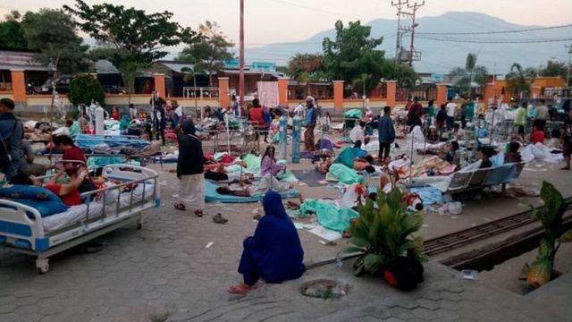 Sejumlah pasien mendapat perawatan di depan Instalasi Gawat Darurat (IGD) RSUD Undata, Palu, Sulawesi Tengah , Sabtu (29/9). Perawatan di luar gedung rumah sakit tersebut untuk mengantisipasi kemungkinan adanya gempa susulan.