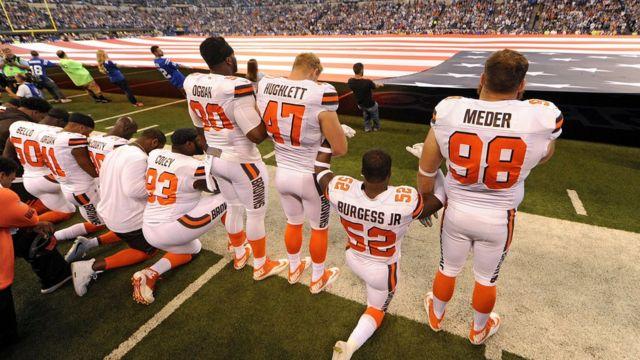 Cleveland Browns durante el himno el domingo.