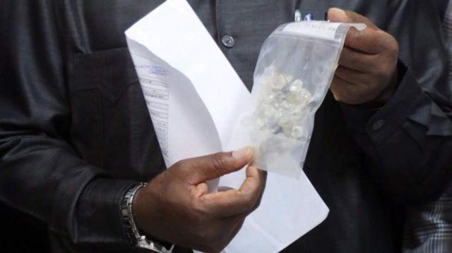 Mamlaka zilikamata bahasha iliyokuwa na almasi ambayo hadi sasa haijaachiliwa.