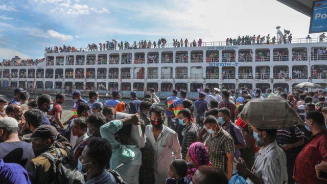 ঢাকার সদরঘাট লঞ্চ টার্মিনালে ঈদে বাড়িমুখী মানুষের ভিড়