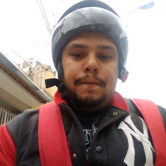 O motoboy Paulo Lima, de capacete, é um dos membros do grupo 'Entregadores Antifascistas', que participado de protestos contra o governo Jair Bolsonaro