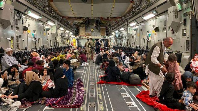 شهروندان افغان در هواپیمای ارتش آمریکا در روز پنجشنبه
