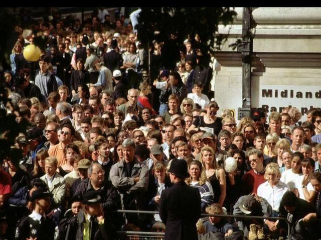 Espectadores durante el cortejo fúnebre de Diana