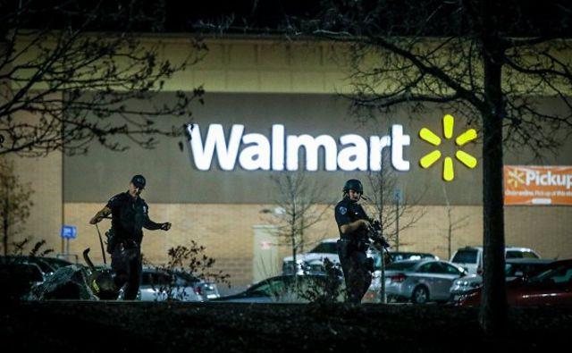 ตำรวจตรวจสอบบริเวณรอบ ๆ ร้านวอลมาร์ทที่เกิดเหตุ