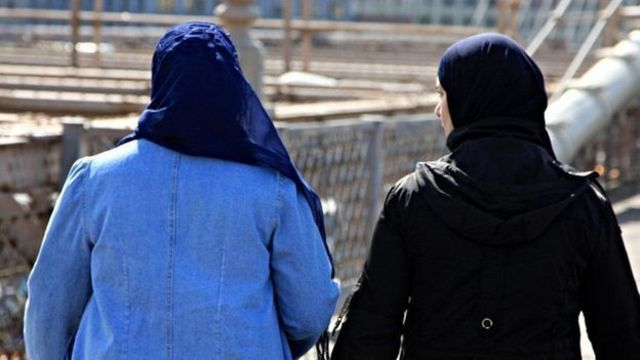 إحدى العاملات اضطرت للاستقالة من عملها بعد أن ابلغ زملاؤها الإدارة عن جنوحها للتطرف بعد ارتدائها للحجاب