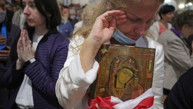 Женщина в католическом костеле