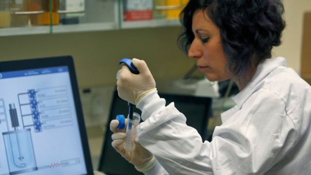 कोरोना वायरस वैक्सीन की जांच में लगी एक वैज्ञानिक