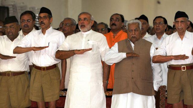 आरएसएस पदाधिकारियों के साथ मोदी