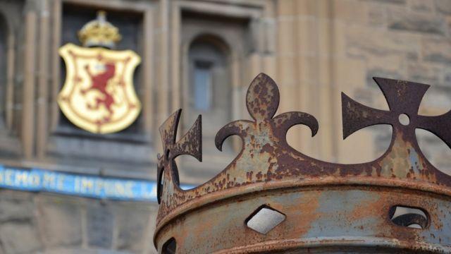 Корона у входа в Эдинбургский замок