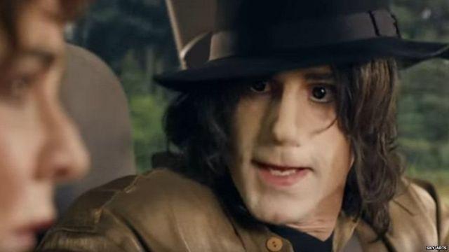 الممثل البريطاني جوزيف فينيس في دور مايكل جاكسون