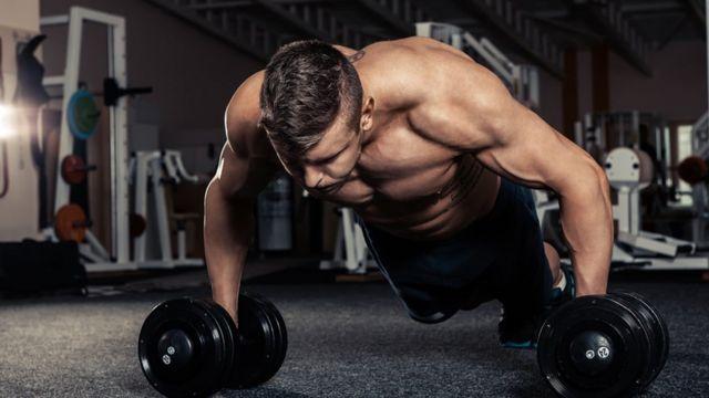 Homem praticando musculação em academia