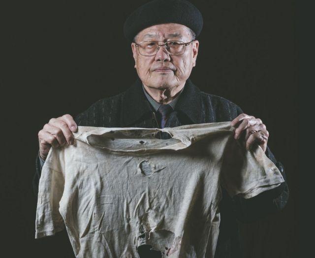 「二二八」事件受害者之子潘信行依舊保存著父親受刑時所穿、被彈孔穿過的衣服。