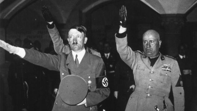 Hitler e Mussolini fazendo saudação nazi-fascita, em foto de 1938
