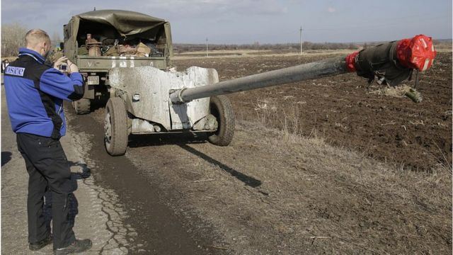 Спостерігач ОБСЄ фотографує українську техніку біля Соледара, 27 лютого 2015 року.